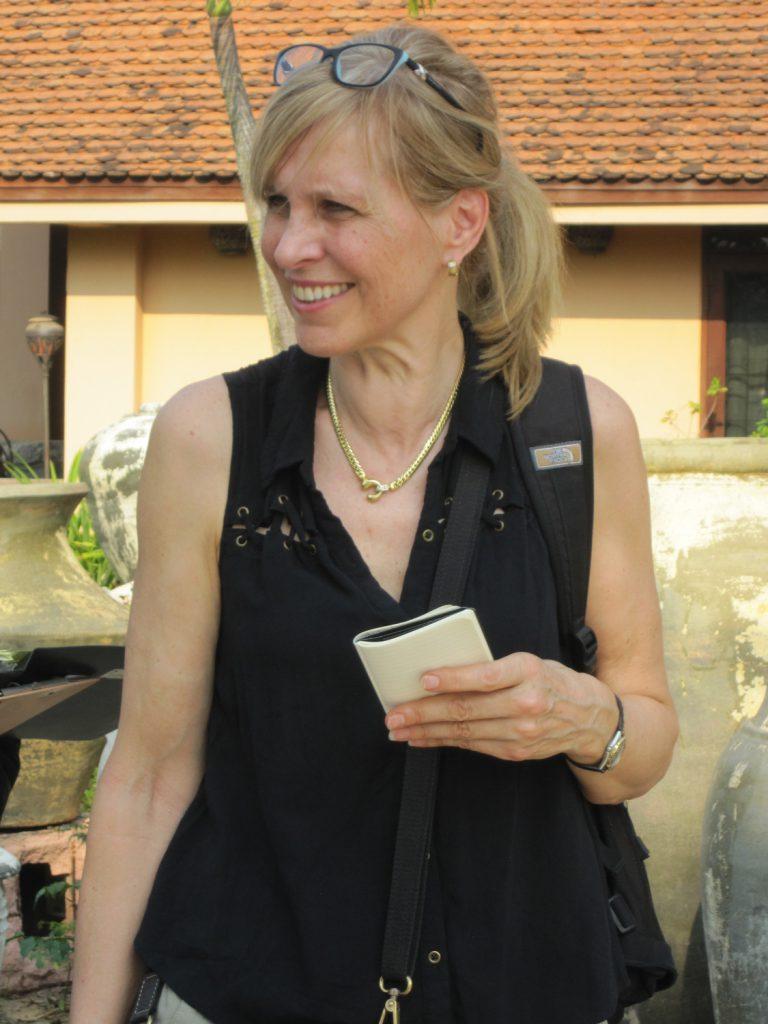 Margret op jacht naar nieuw antiek in China met een notitieboekje in haar hand