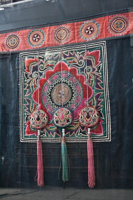Textile unique pour bébés de la tribu Miao
